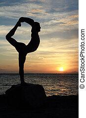 macho, silueta, anoitecer, dança posa, senhor, ioga, praia