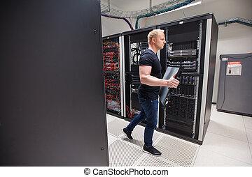 macho, técnico, proceso de llevar, hoja, servidor, mientras que camina, en, datacente