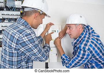 macho, técnicos, examinar, fusebox, y, termostato