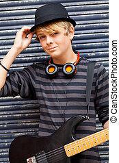 macho teen, músico, retrato, ao ar livre