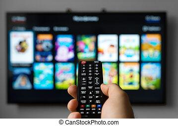 macho, tenencia de la mano, transmisión en exteriores de la tv, control.
