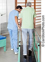 macho, terapeuta, ayudar, hombre mayor, para caminar, con,...