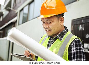 macho, trabajador construcción, llevando, seguridad, chaleco, en, un, solar