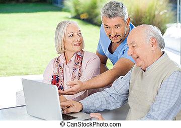 macho, vigia, mostrando, algo, para, par velho, ligado, laptop