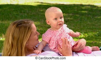 macierz, dziewczyna, niemowlę, leżący, jej