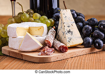 Camembert, blue cheese and dry sausage snack - Macro of ...