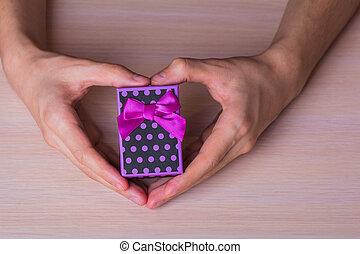 maculato, cuore, regalo, viola, due, forma, scatola, tenere mani, maschio