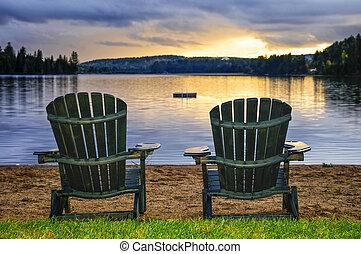 madeira, cadeiras, em, pôr-do-sol praia