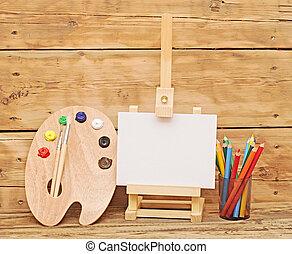 madeira, cavalete, com, limpo, papel, e, madeira, artistas, paleta, carregado, com, vário, coloridos, tintas, e, lápis, againt, madeira, fundo