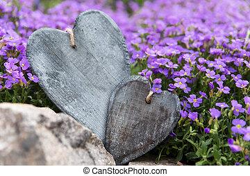 madeira, dois, roxo, flores, frente, corações