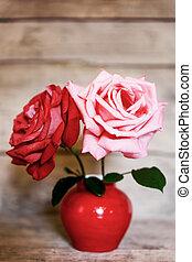 madeira, dois, vaso, rosas, fundo, envelhecido, vermelho