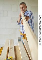 madeira, sênior, carpinteiro, segurando, prancha
