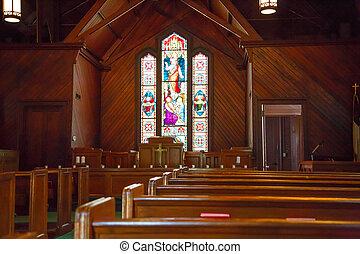 madera, pews, y, cristal manchado, en, pequeño, iglesia