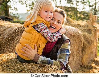 madre, abbracciare, mentre, bambino, ritratto, mucchio...