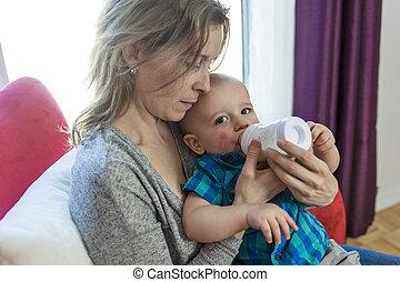 madre, alimentación, ella, adorable, hijo, en casa