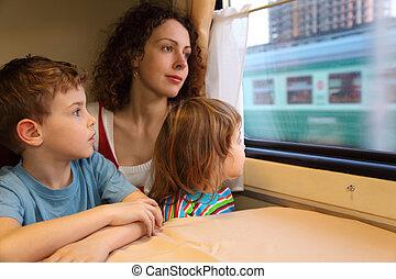 madre bambini, sguardo, in, train`s, finestra