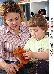 madre, bambino, in, playroom, con, giocattolo molle