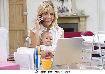 madre bambino, in, ufficio casa, con, laptop, e, telefono