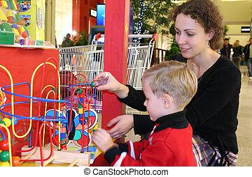 madre, bambino, orologio, giocattolo, in, negozio