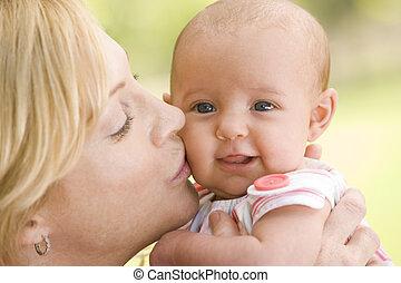 madre, besar, bebé, aire libre