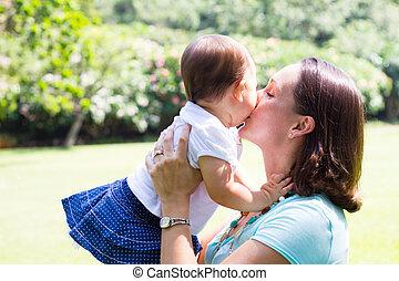 madre, besar, hija bebé