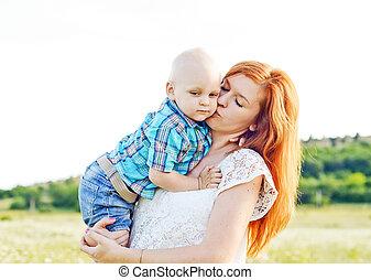 madre, besar, hijo bebé
