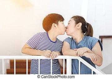 madre, beso, ella, hijo, en casa, .
