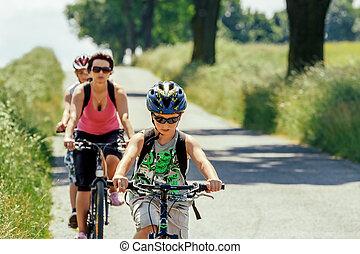 madre, con, dos, hijos, en, bicicleta, viaje