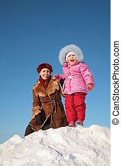 madre, con el niño, estante, en, nieve, colina