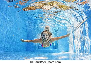 madre, con el niño, natación, y, buceo, submarino, en, piscina