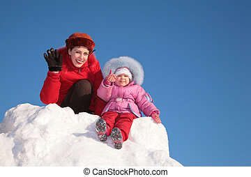 madre, con el niño, sentarse, en, nieve, colina