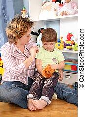 madre, con el niño, sentarse en piso, en, playroom