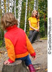 madre, con el niño, sentarse, en, stubs, en, madera, en, otoño