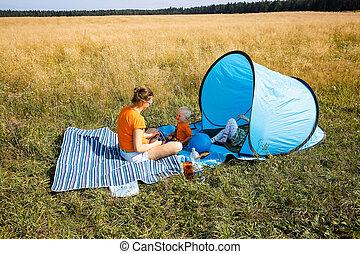 madre, con, ella, niños, tener un picnic