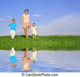 madre con los niños, en, pradera, y, agua