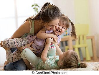madre con los niños, teniendo, un, diversión, en casa