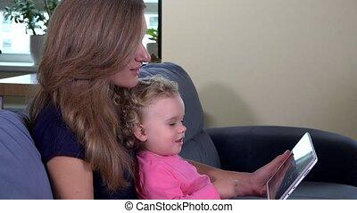 madre, con, ragazza bambino, uso, tavoletta, computer., bambino, schermo tocco, con, finger.