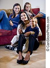 madre, con, tres niños, relajante, en, sala, sofá