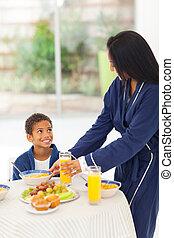 madre, dar, hijo, desayuno