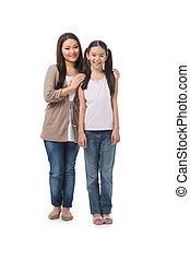 madre, e, daughter., piena lunghezza, di, allegro, madre figlia, standing, chiudere, a, altro, mentre, isolato, bianco