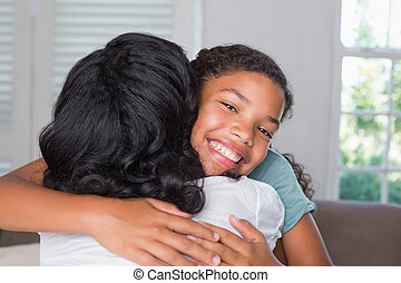 madre e hija, abrazar, sofá