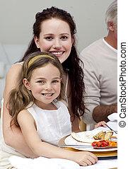 madre e hija, cenar, con, su, familia