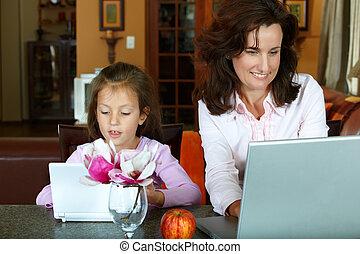 madre e hija, con, computadoras portátiles