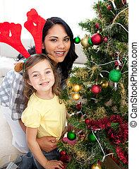 madre e hija, decorar, un, árbol de navidad