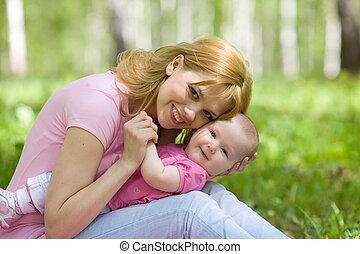 madre e hija, en, abedul, primavera, parque