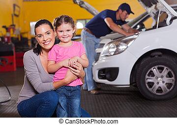 madre e hija, en, garaje