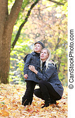 madre e hija, en, otoño, parque