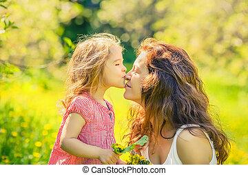 madre e hija, en, soleado, parque