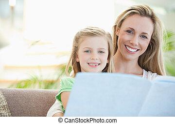 madre e hija, lectura, sofá