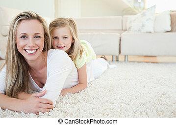 madre e hija, mentira en el piso